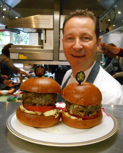 Overigens was Rogér Rassin ook zeer gecharmeerd van de hamburger die ik volgens zijn instructies gebakken had, maar goed, da's weer een heel ander verhaal...