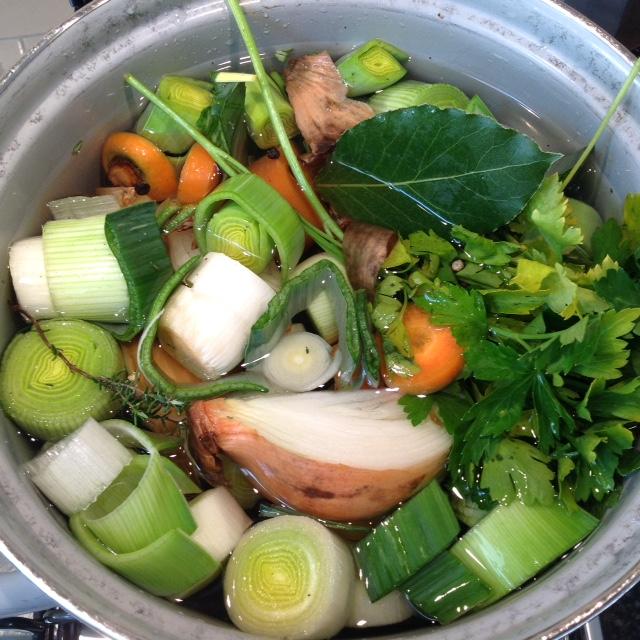 Ter verhoging van de feestvreugde had ik speciaal even snel groentebouillon gemaakt (het recept staat in mijn Grote Zonder Pakjes & Zakjes Kookboek)